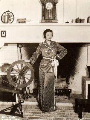 Hedvábná pyžama na odpolední čaj okolo 1920, zdroj Pinterest